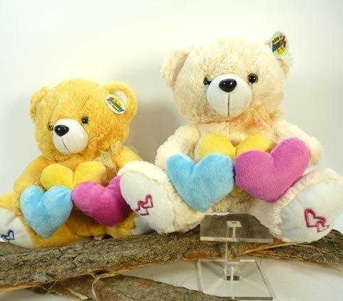 Plüsch Bär mit 3 Herzen gelb, blau und violett, Herzaufdruck an den Füssen, sitzend 30 cm