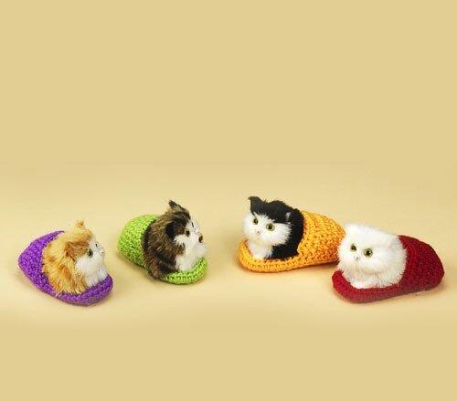 sehr niedliche Katze im Pantoffel, liegend 9 cm