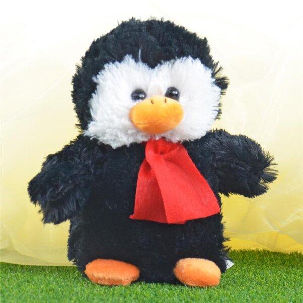 Pinguin aus Plüsch mit angedeutetem Schal