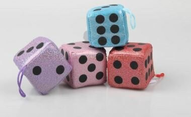 Glitzerwürfel aus Stoff in 4 verschiedenen Farben. Es gibt ihn in den Farben rot, hellblau, rosa und