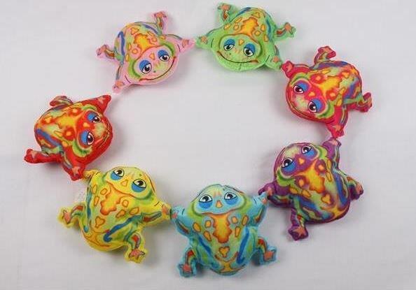 Frosch aus Plüsch bunt bedruckt 8fach sortiert in den Farben rot, gelb, lila, blau, orange, pink, ro