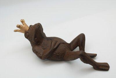 Frosch mit Krone aus schwerem bronzefarbenen...